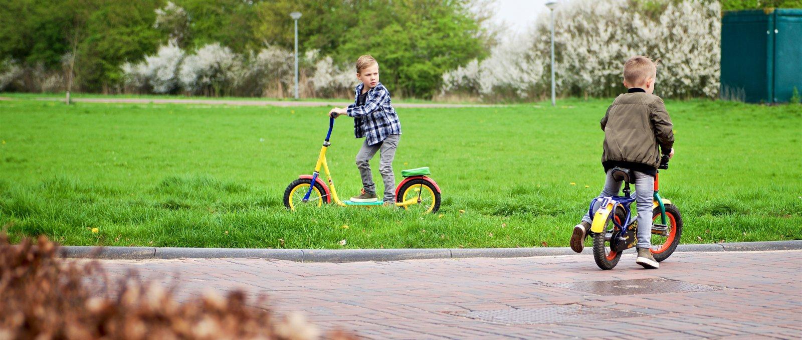 Jongens spelen fiets